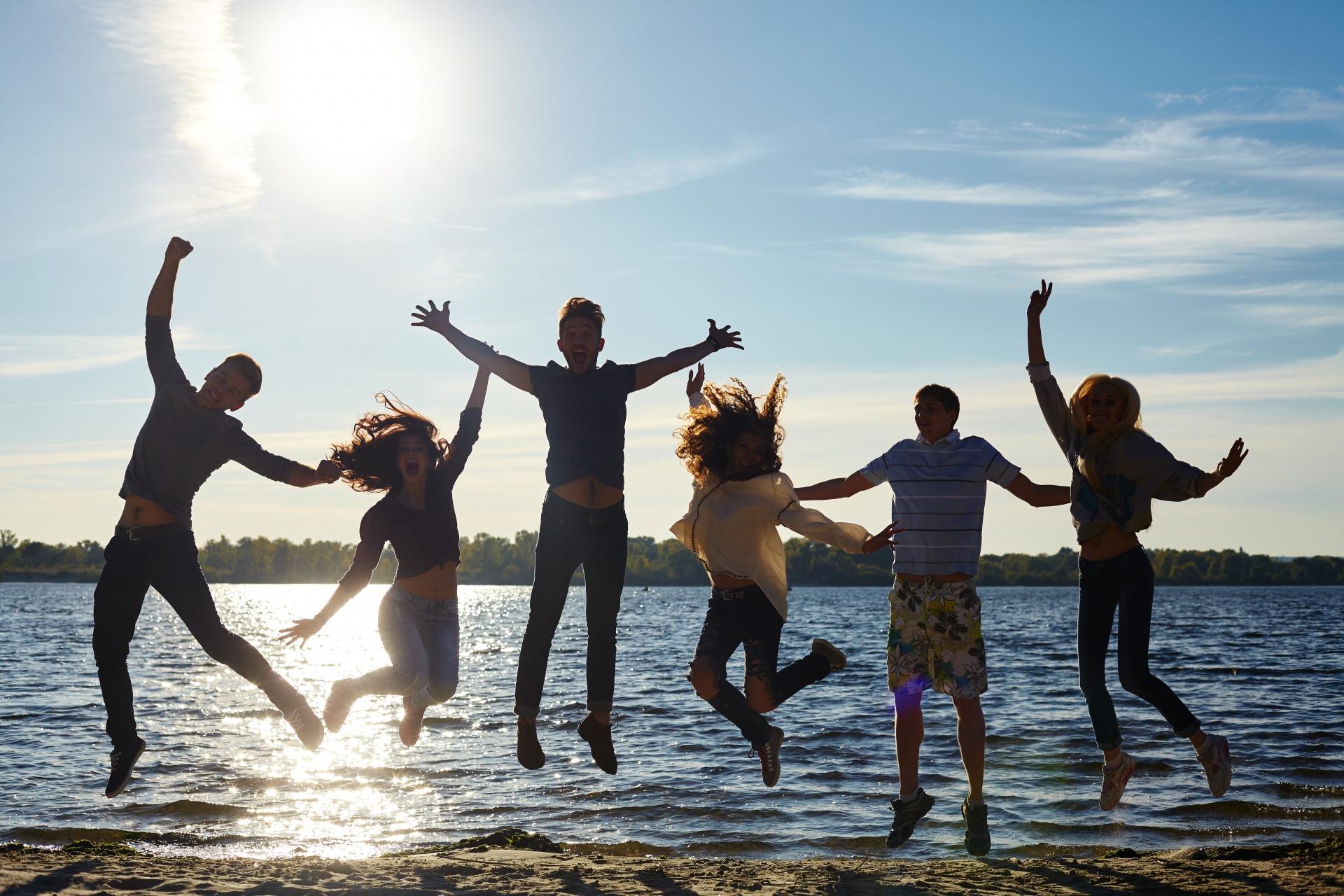 海でジャンプするグループ